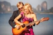 Blonde Mädchen mit Gitarre Gitarrist am Strand — Stockfoto