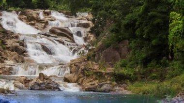Wasserfall im tropischen Dschungel — Stockvideo