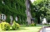 University building overgrown with green ivy — Stock Photo