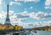 Paris, the Eiffel Tower and the Seine River in the fall on a sun — Stock Photo