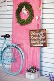 Valentine wreath and sign board on wooden vintage pink door — Foto de Stock