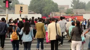 Thousands of visitors go to Alley Nanluogu in Beijing, China — Stock Video