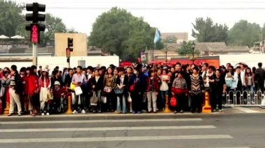 Crowded visitors cross the street in spite of the traffic light of Beijing, China — Stock Video