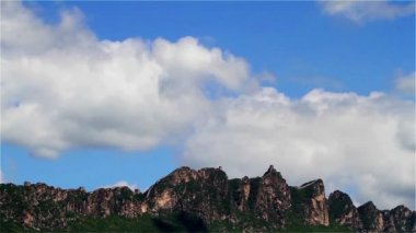 The clouds sail across the blue sky,Simatai Great Wall in Beijing, China — Stockvideo