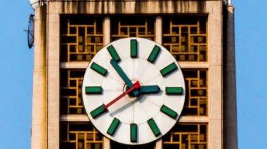 Die uhr auf dem berühmten tower in xidan, peking, china — Stockvideo