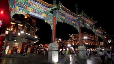 традиционные здания в qianmne авеню, пекин, фарфоре — Стоковое видео