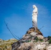 Sculpture de Christ Jésus sur un rocher à Mijas. — Photo