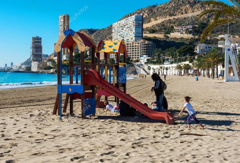 Bambini che giocano nel parco giochi sulla spiaggia - Stock uno alicante ...