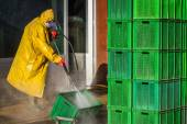 Worker Cleaning Boxes — Stockfoto