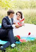新娘和新郎吃西瓜 — 图库照片