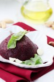 Autumn beet salad with garlic — Stock Photo