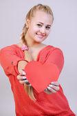 Kvinna med ett hjärta — Stockfoto
