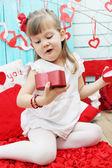 Girl opens a gift — ストック写真