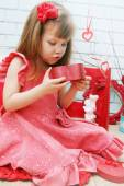 Girl looks at a gift — Stock Photo
