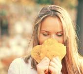 Осенняя женщина счастлива с красочные осенние листья — Стоковое фото