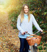Beautiful woman enjoying nature driving bicycle — Stock Photo