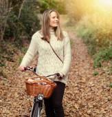 Beautiful woman enjoying nature driving bicycle — Stock Photo