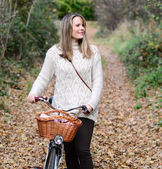 Beautiful woman enjoying nature driving bicycle — ストック写真