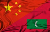 Waving flag of Maldives and China — Stockfoto