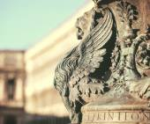 Winged lion statue architectural fragment from Venice. Detail of — Zdjęcie stockowe