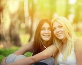 Happy teenage girls listening to music outdoors — Stock Photo