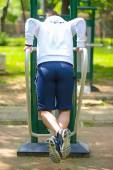Crossfit man working out pull-ups outdoors — Fotografia Stock