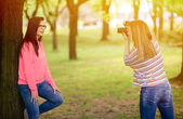 Photographer takes photo of young beautiful brunette woman in pa — Stock Photo