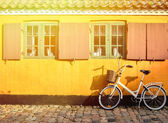 Bicycle in front of the entrance to an apartment in one of the h — Stock Photo