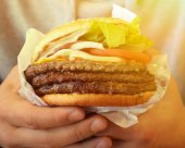 Hands holding big tast Cheeseburger — Stock Photo