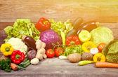 Grote groep van verse groenten op houten tafel - hight kwaliteit — Stockfoto