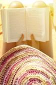 Kadın okuma kitap - kavramı relax — Stok fotoğraf