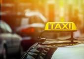 Letrero de taxi en coche — Foto de Stock