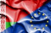 Sventolando la bandiera dell'Unione europea e Bielorussia — Foto Stock