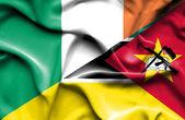 Sventolando la bandiera del Mozambico e dell'Irlanda — Foto Stock
