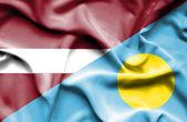 Palau ve Letonya bayrağı sallayarak — Stok fotoğraf