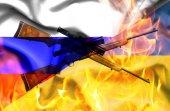 Помахивание флагом Украины и России в огне с винтовками — Стоковое фото