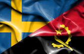 Agitant le drapeau de l'angola et de la Suède — Photo