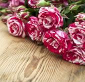 μπουκέτο τριαντάφυλλα στο τραπέζι ξύλινο — Φωτογραφία Αρχείου