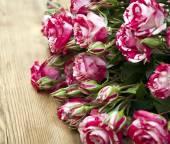 Boeket rozen op houten tafel — Stockfoto