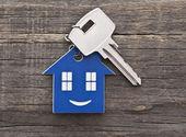 Figura das chaves da casa e a chave fechar — Foto Stock