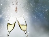 Glasses with champagne and clock — Stockfoto