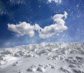Winter landscape with snow covered hill and blue sky — Stock Photo