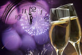 Glazen met champagne en klok dicht bij middernacht — Stockfoto