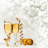 Champagne against holiday lights ang Christmas decorations — Fotografia Stock