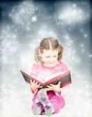 Child reading magic book — Stockfoto