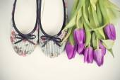 Purple tulips and shoes — Stock Photo