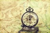 Vintage horloge op antieke kaart — Stockfoto