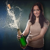 シャンパンのボトルと若いブルネットの女性 — ストック写真