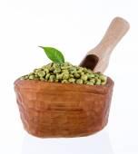 Granos de café verdes en un tazón de madera — Foto de Stock