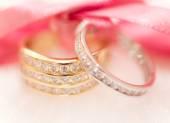 金と銀の結婚指輪 — ストック写真